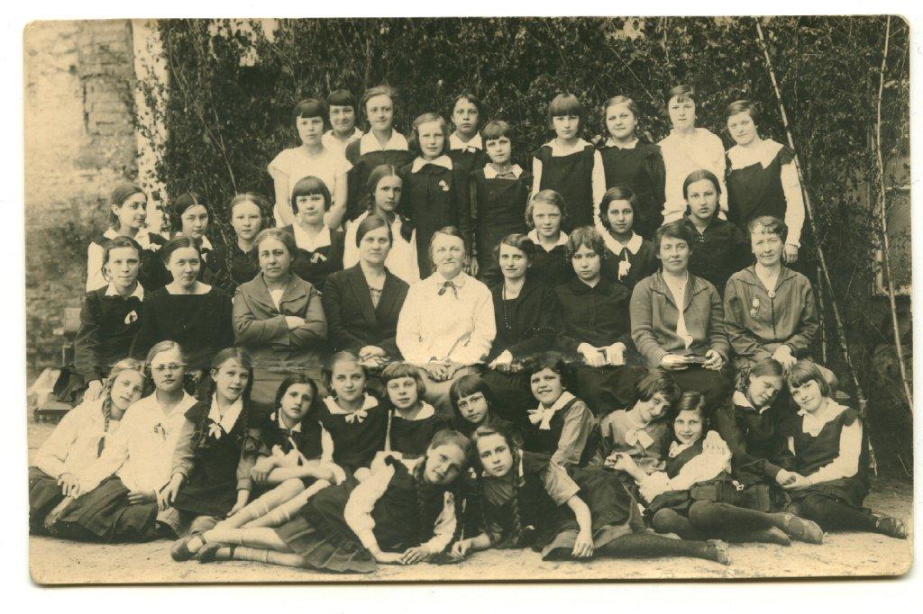 Gimnazjum im. Elizy Orzeszkowej w Wilnie w 1925 r. Z albumu Ludmi?y Siekackiej.